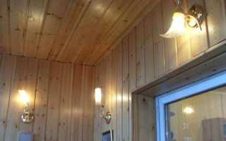Светодиодный светильник на потолке балкона